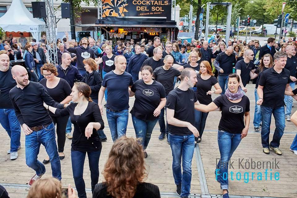Viele Tanzpaare auf der Bühne bei Tanzworkshop, Hamburg