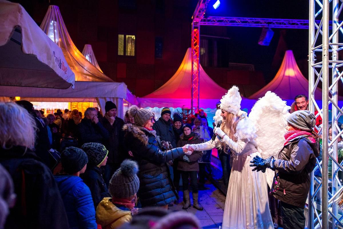 Singende Moderatorin als Engel verkleidet bei Weihnachtsmarkt-Eröffnung in Hamburg