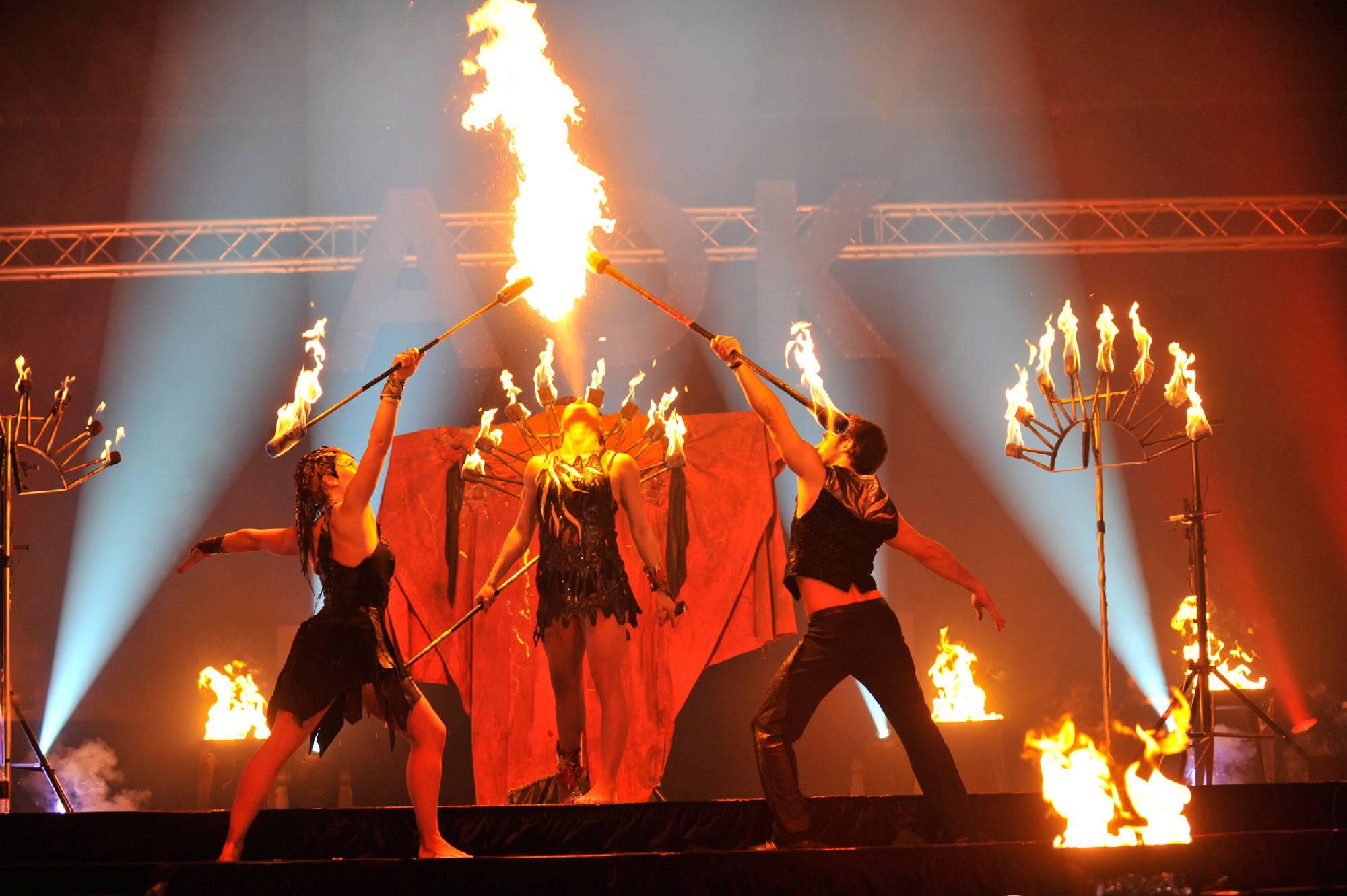 Drei Feuerartisten bei Corporate Event mit Feuershow