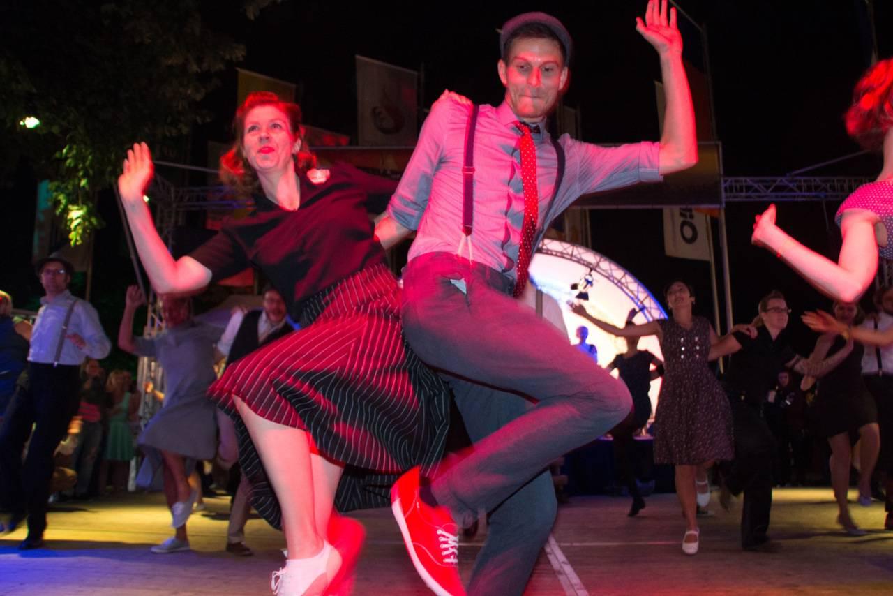 Ein Paar tanzt Rock n' Roll beim Alstervergnügen in Hamburg