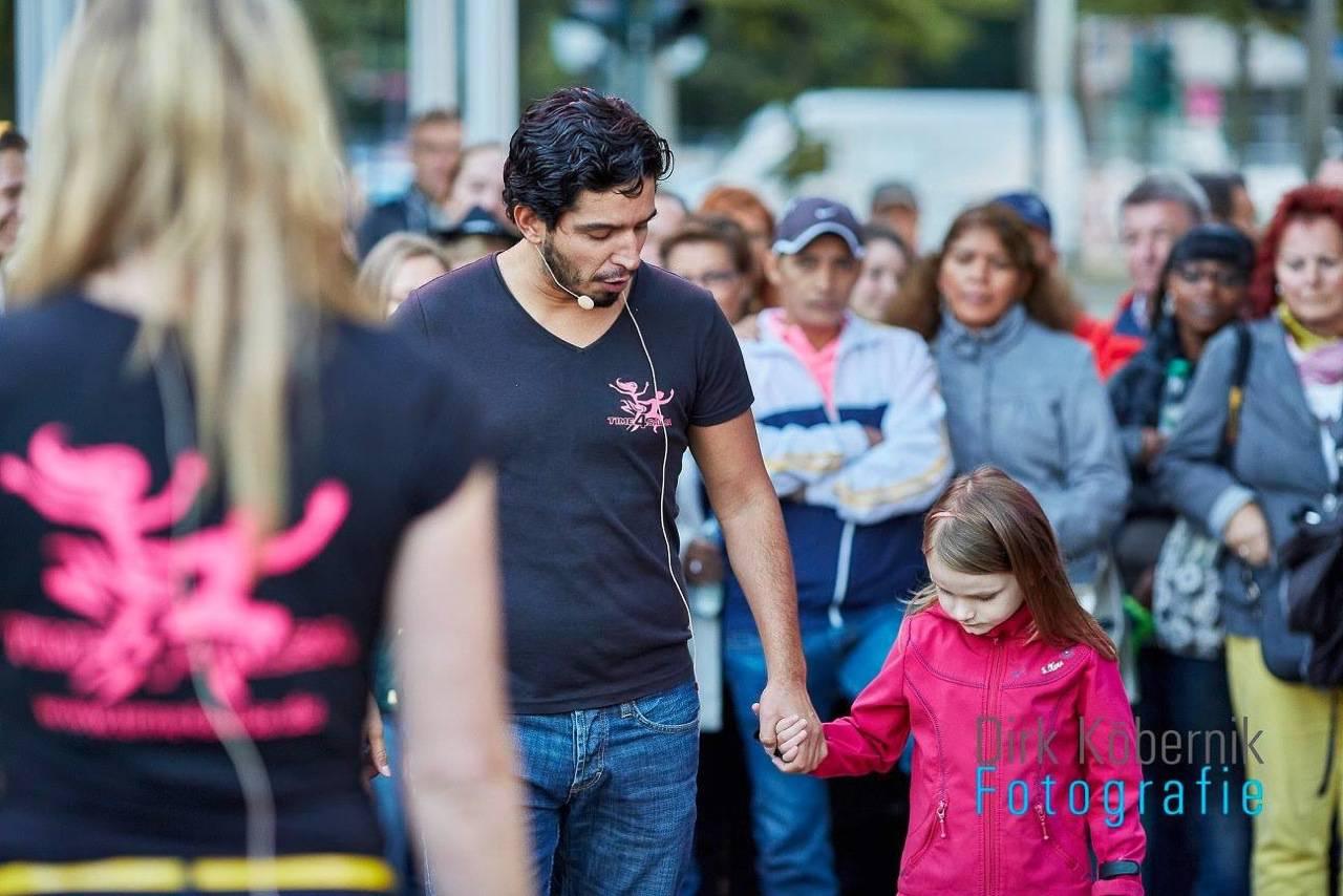 Mann mit Kind beim Tanzworkshop in Hamburg beim Alstervergnügen