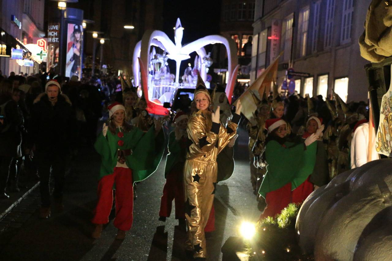 Tanzende Sterne und Kinder im Weihnachtskostüm bei Hamburger Weihnachtsparade