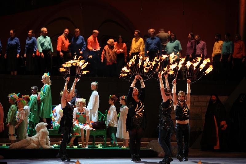 Vier Feuertänzer mit Feuerfackeln auf großer Bühne