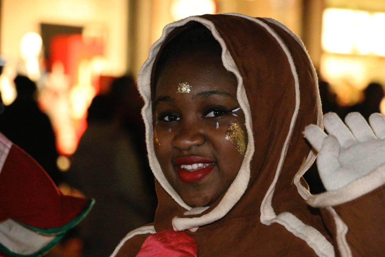 Kind im Lebkuchenkonstüm bei Hamburger Weihnachtsparade