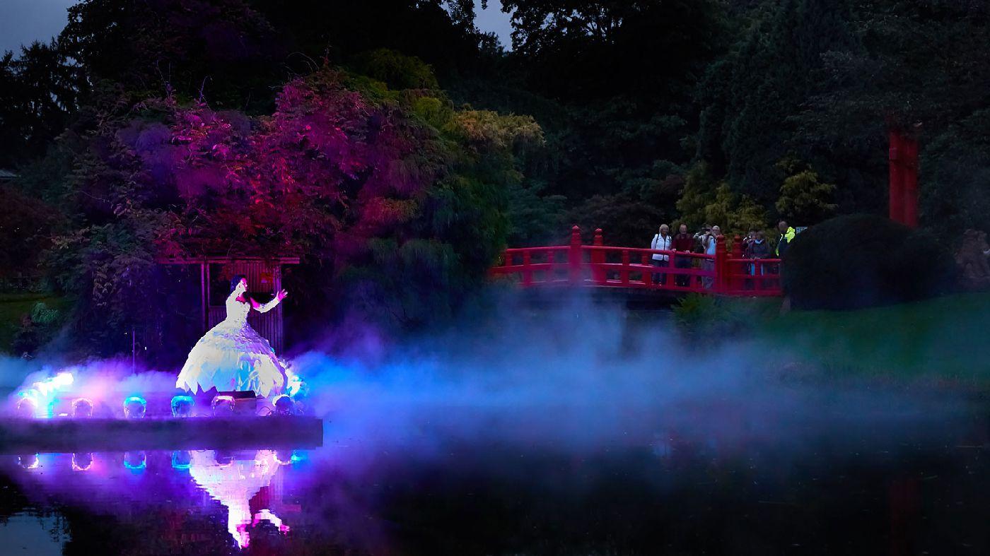 Opernsängerin auf Seebühne mit Lichtshow bei den Romantik-Nächten, Hamburg