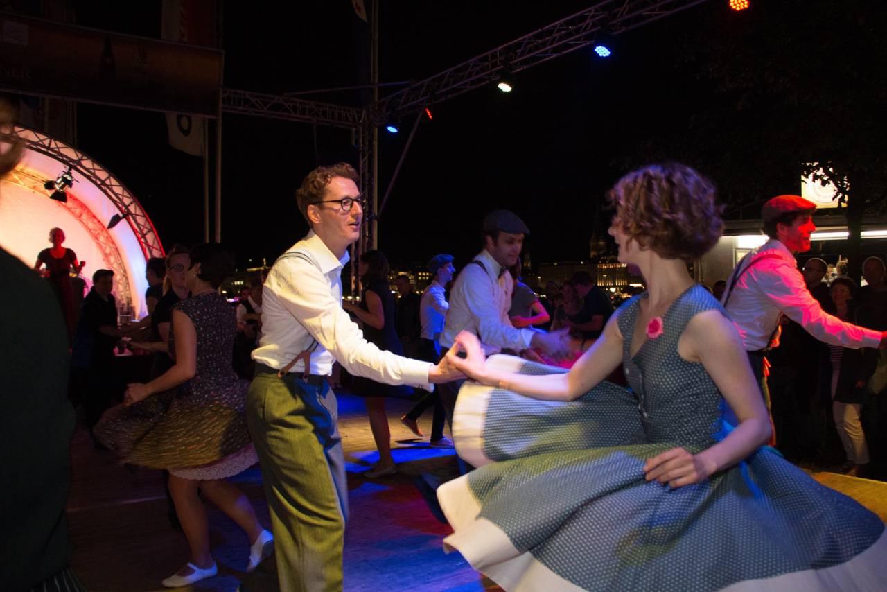 Rock n' Roll Show mit Tanzpaaren in 50er Jahre Kleidung
