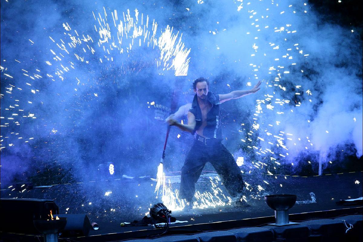 Spektakuläre Feuershows und Lichtshows